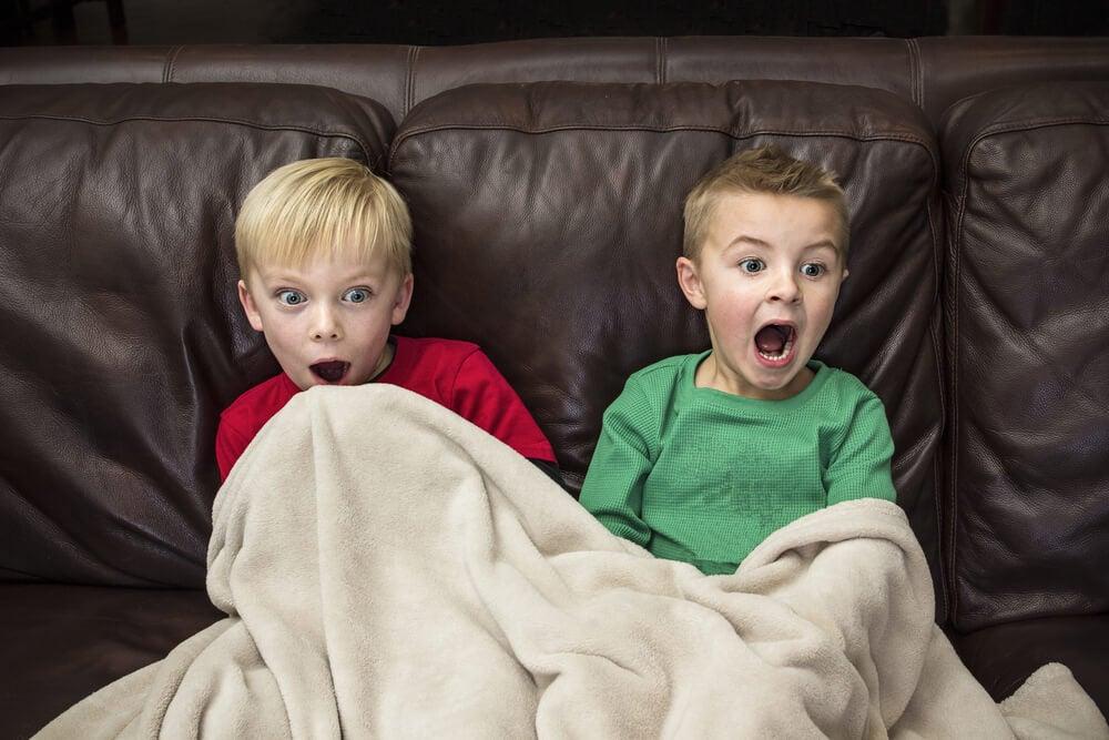 Hermanos viendo una película de violencia