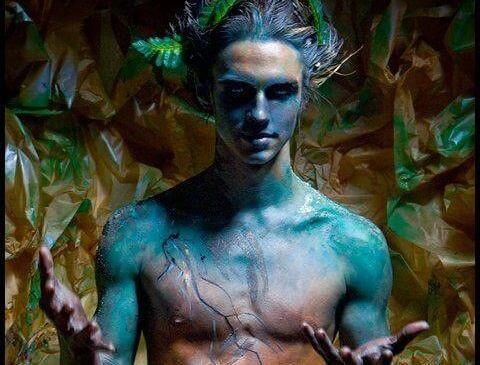 hombre fantasía con piel azul representando a un estafador