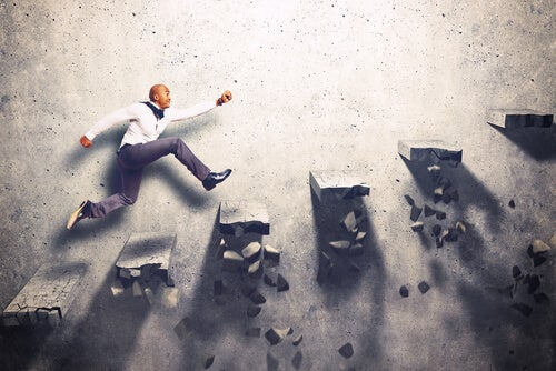 Hombre subiendo unas escaleras con motivación