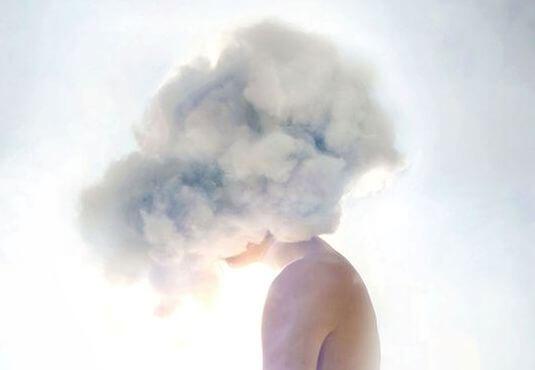 himbre con nube blanca en la cabeza