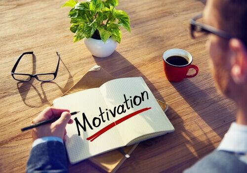 Hombre con motivación intrínseca escribiendo la palabra