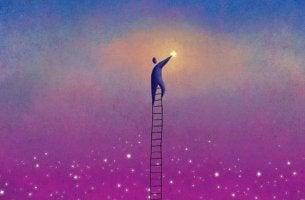 hombre subido a una escalera manteniendo el equilibrio