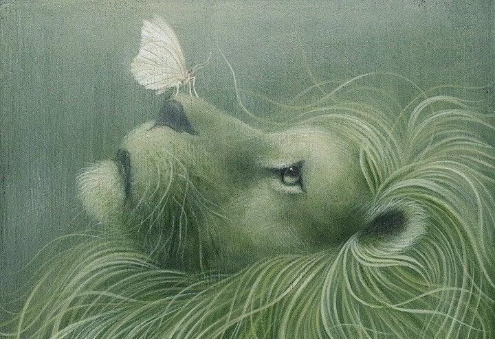 León bueno con una mariposa