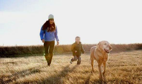 madre e hijo con su perro