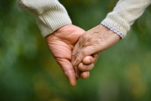 Pareja de ancianos de la mano