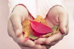 manos femeninas con hojas