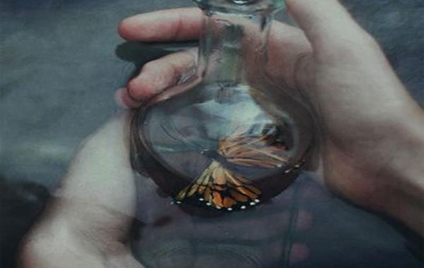 mariposa dentro de una botella de cristal