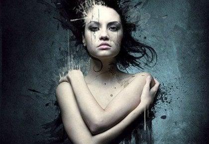Mujer abrazándose en un desnudo emocional