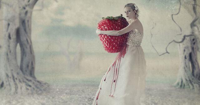 mujer sujetando una fresa