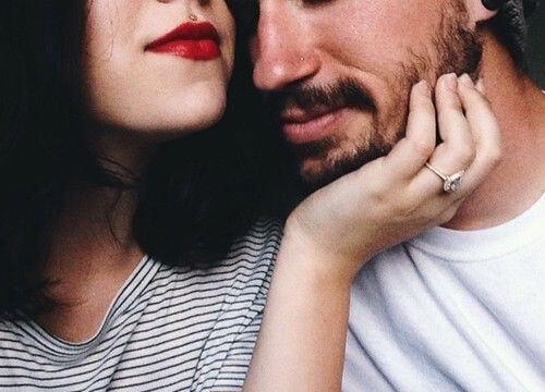 mujer acariciando rostro de un hombre