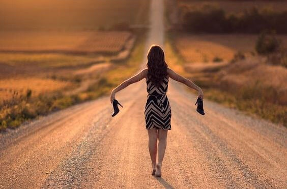 mujer andando sin zapatos