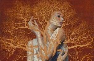 Mujer atrapada entre ramas de árbol