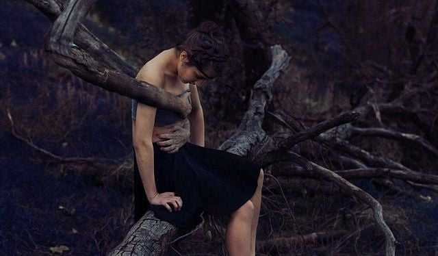 mujer atrapada por un árbol sufriendo por sus heridas