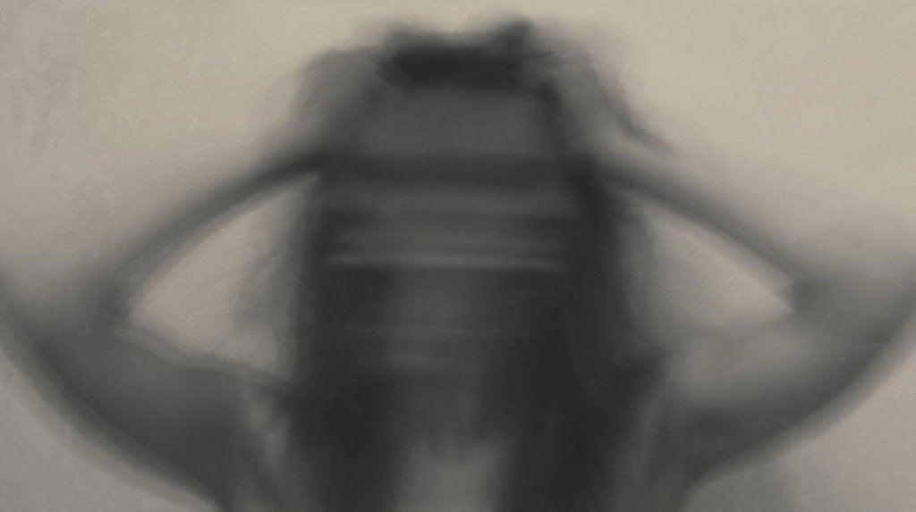 Mujer borrosa con ansiedad