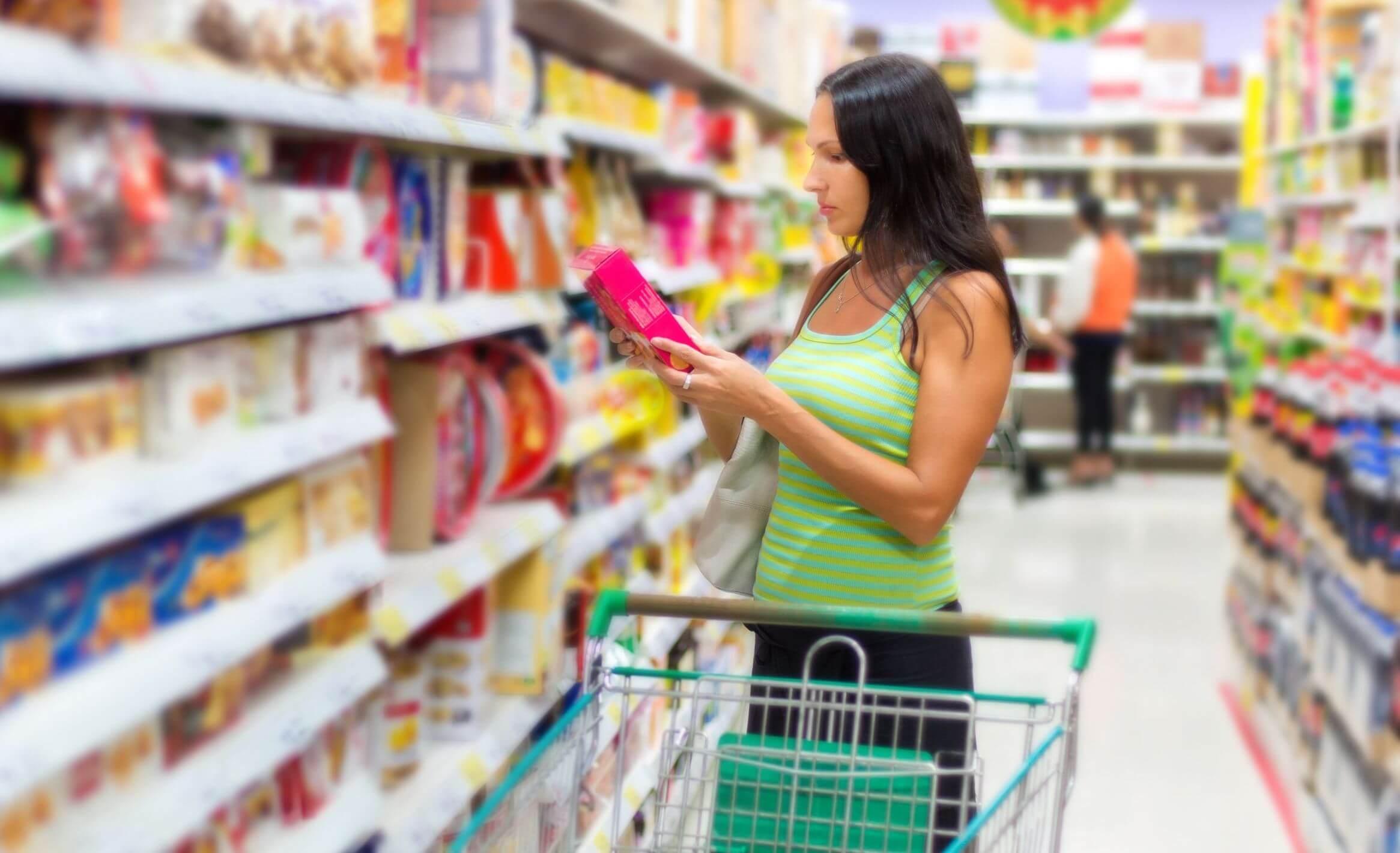 Mujer comprando pensando en los trucos que aplican las empresas