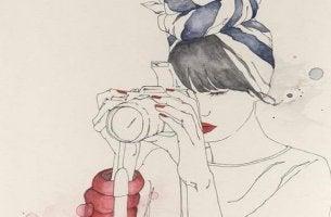 mujer con cámara en la mano