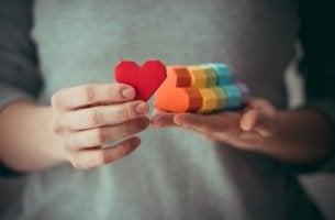 Mujer con corazones de los colores de la bandera de la homosexualidad