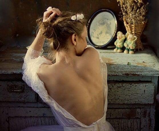 mujer con vestido de espalda descubierta soñando con los amores clandestinos