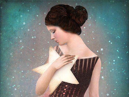 Mujer con una estrella en la mano