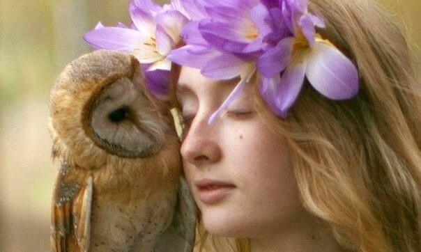 Mujer con una lechuza y los ojos cerrados