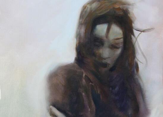 mujer con los brazos cruzados y cabello al aire