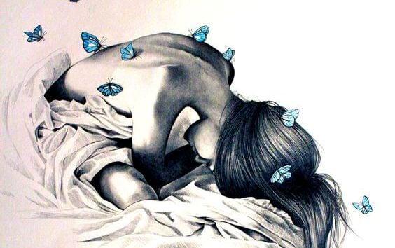 mulher com borboletas nas costas