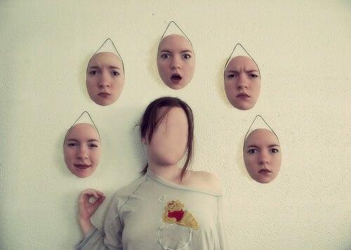 Mujer con máscaras