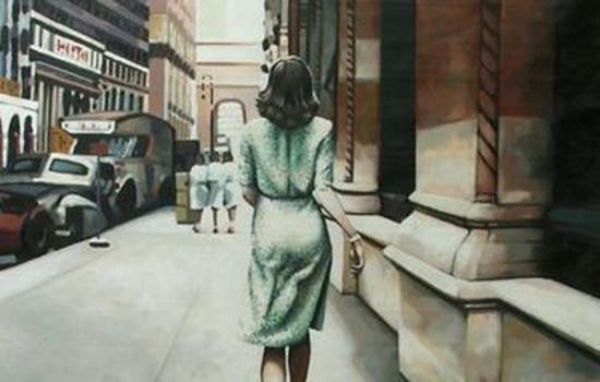mujer de espaldas andando por la calle