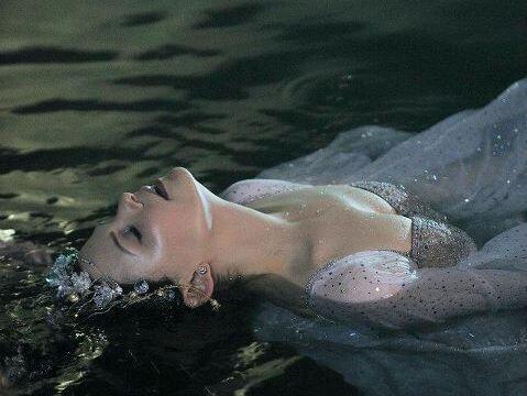mujer en el agua disfrutando de ser feliz