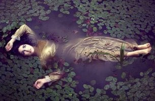 mujer en un río