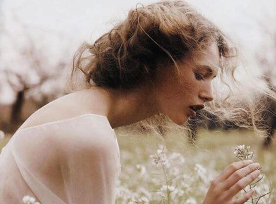 Mujer entre flores blancas