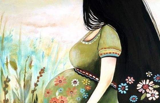 mujer con pelo negro feliz con su embarazo