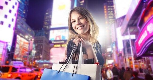 Mujer feliz con sus compras
