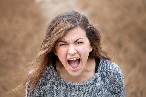 Mujer gritando expresando su rabia y explosiones de ira