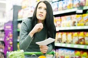 mujer pensando qué comprar