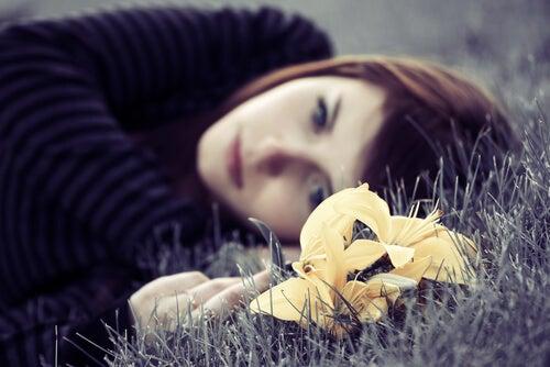 Mujer pensando con tristeza