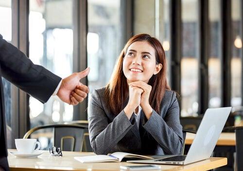 Mujer que tiene reconocimiento y feedback en el trabajo por su motivación intrínseca