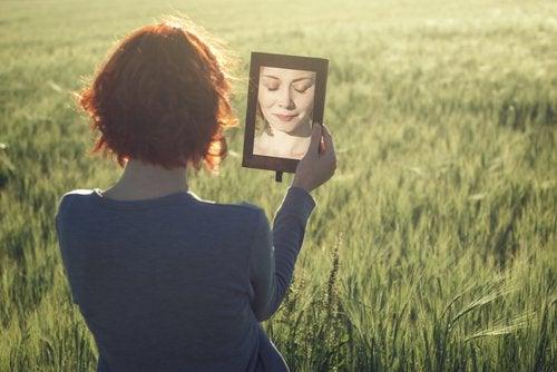 Mujer reflejada en un espejo buscando seguridad