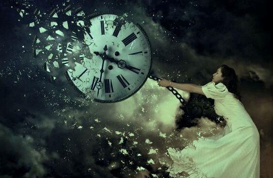 mujer rompiendo un reloj símbolo del pasado emocional
