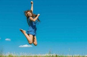 Mujer representando los hábitos para ser más positivo