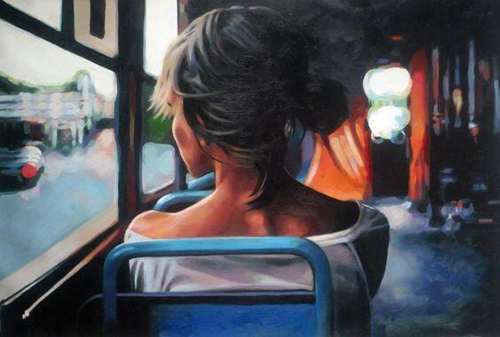 Mujer de espaldas sentada en un autobús