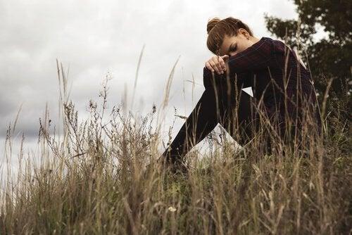 Mujer sentada mostrando tristeza
