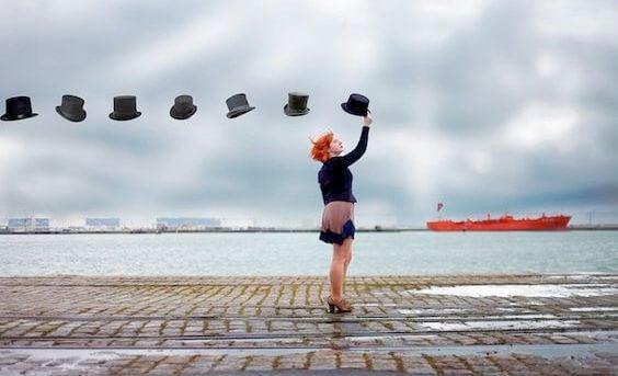 mujer sujetando una fila de sombreros flotantes