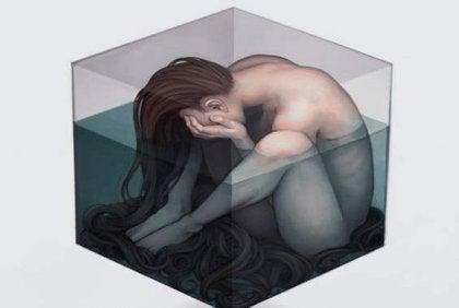 mujer triste en un cubo