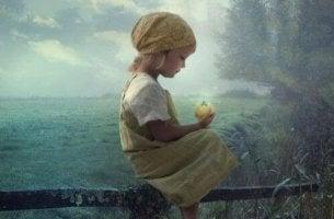 niña con caja luminosa en las manos