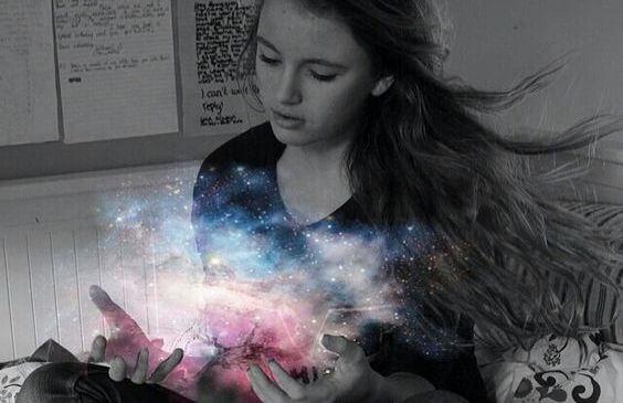 niña con luz del universo en las manos