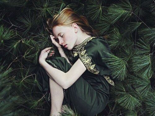 niña entre naturaleza