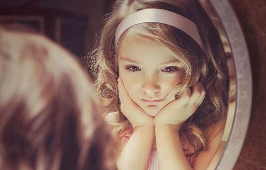 niña ante un espejo