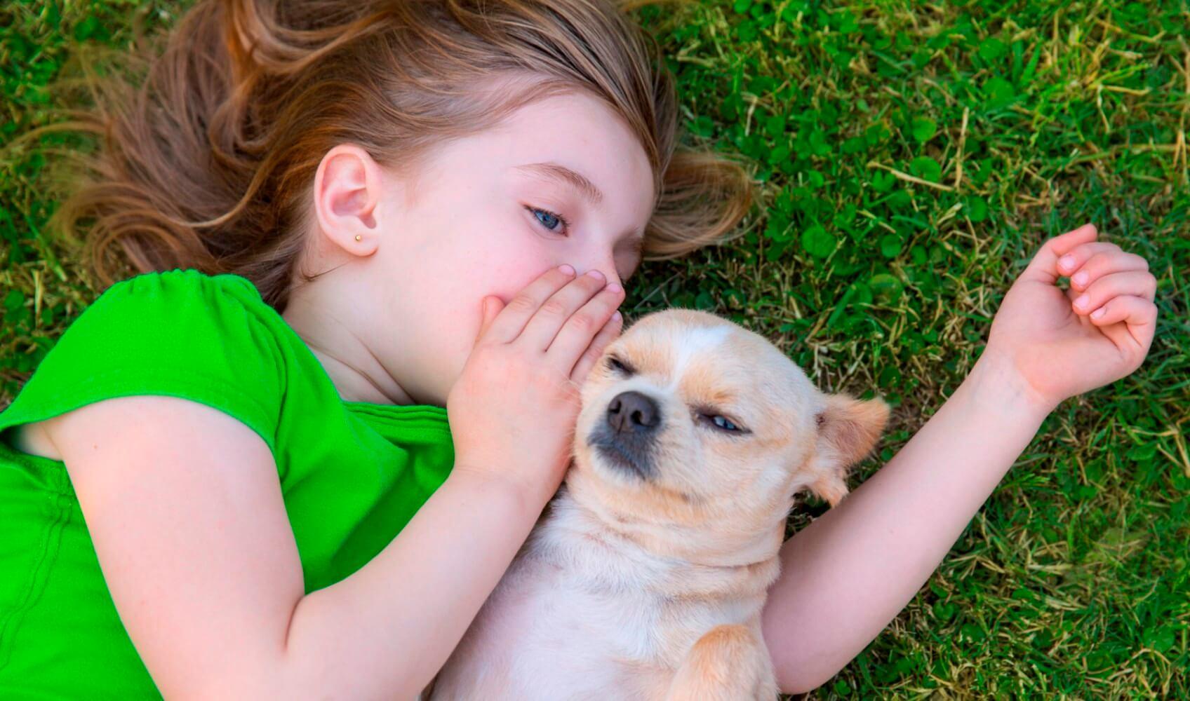 niña susurrándole a su perro