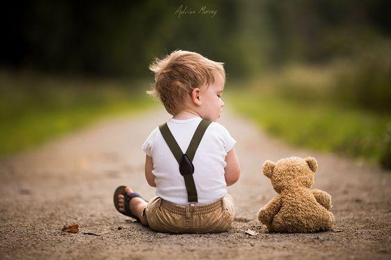 niño con un osito